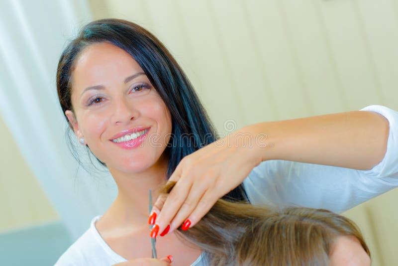 Serdeczny fryzjer do cięcia włosów obraz stock