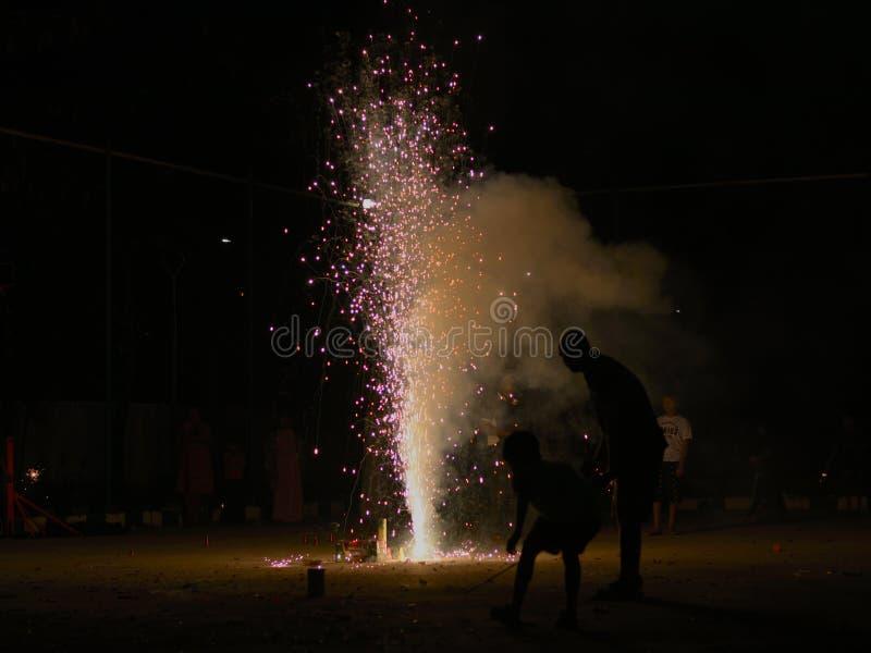 Sere di Diwali - fuochi d'artificio e Silhoutte fotografia stock libera da diritti