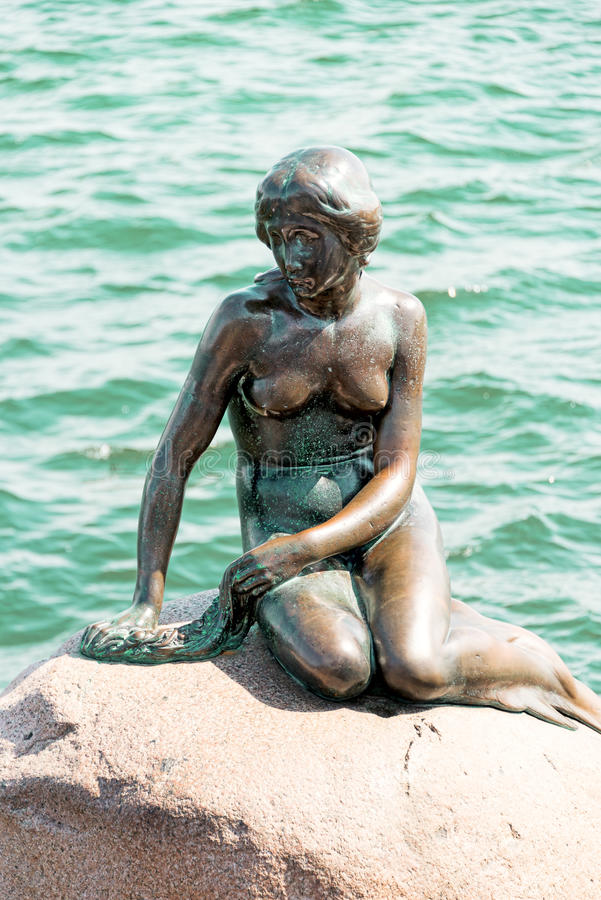 A sereia pequena é uma estátua de bronze por Edvard Eriksen, depicti fotos de stock