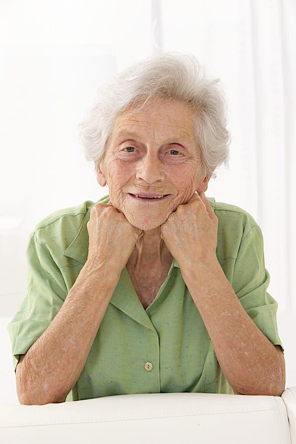 Serein älteres Damenporträt auf weißem Hintergrund mit dem weißen Haar stockfotos