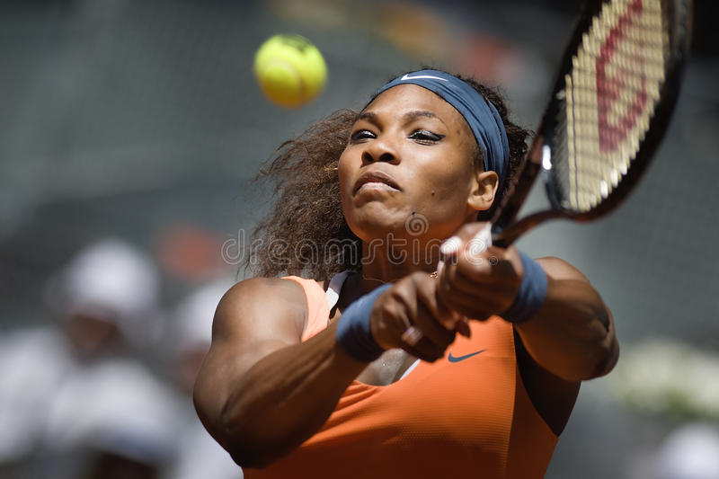 Serena Williams i handling under den öppna Madrid Mutua tennisen fotografering för bildbyråer