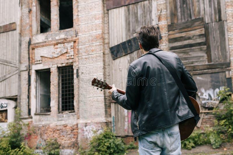 Serenad för aktör för konstnär för musikergitarrspelare arkivbilder