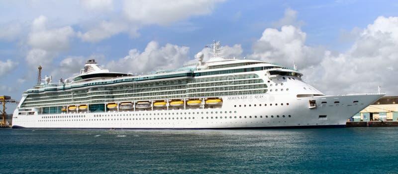 Serenata del barco de cruceros de los mares en Barbados imágenes de archivo libres de regalías