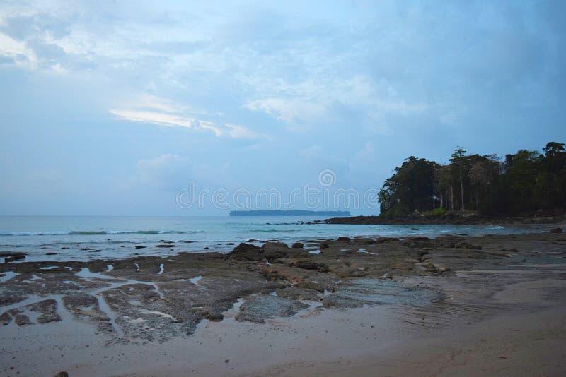 Serene Beach, cielo blu e un'isola alla distanza - vista sul mare all'alba - Sitapur, Neil Island, andamane, India immagine stock libera da diritti