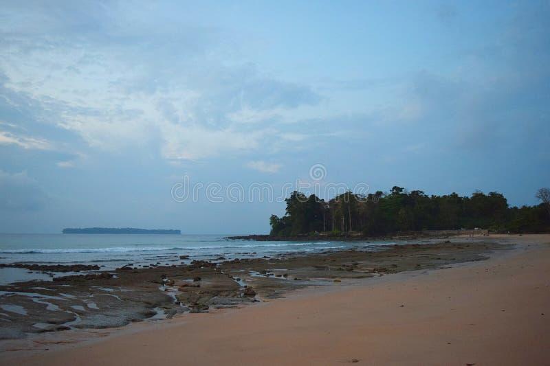 Serene Beach, cielo blu e un'isola alla distanza - vista sul mare all'alba - Sitapur, Neil Island, andamane, India fotografie stock libere da diritti