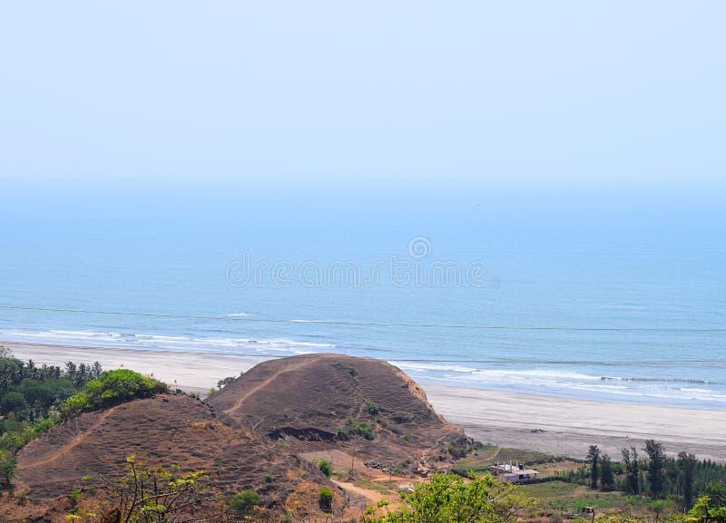 Serene Beach con las colinas - un paisaje en la playa de Palande, Konkan, la India imagen de archivo libre de regalías