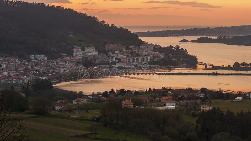 Serene Dusk vista della città medievale di pesca di Pontedeume con il suo ponte di ferro e di pietra Orazia La Coruña Galicia immagini stock libere da diritti