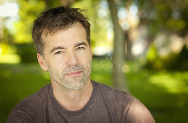 Serene Handsome Man Looking At la macchina fotografica fotografia stock