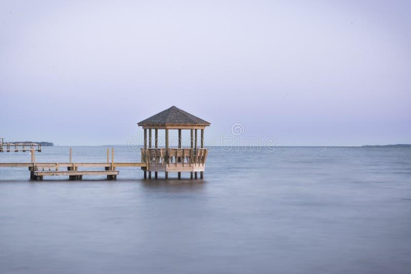 Serene Inlet Sunset Blue Hour au-dessus de l'eau photos stock