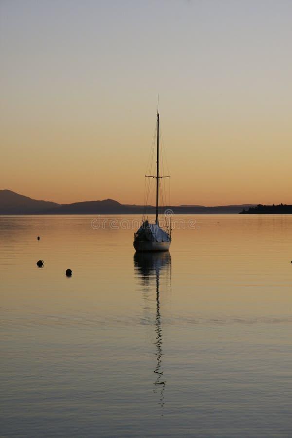 Serene Lake bij Schemer royalty-vrije stock foto