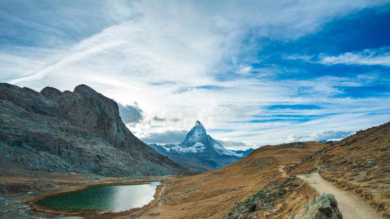 Serene Lake With Mountain View imagem de stock