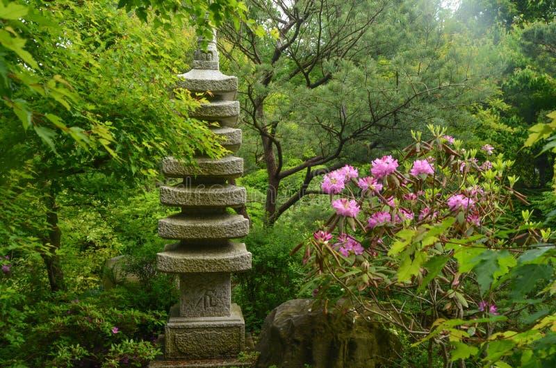 Serene Oriental Sculpture en el jardín fotografía de archivo