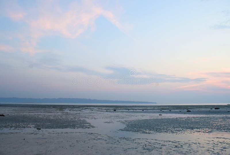 Serene Relaxing Beach dans le paysage de marée basse avec le ciel coloré à l'aube - plage de Vijaynagar, Havelock, îles d'Andaman images libres de droits