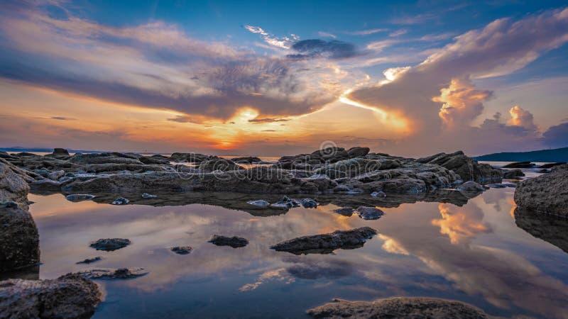 Serene Stone Sea Scenery At solnedgång fotografering för bildbyråer