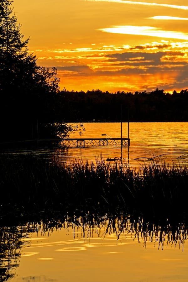 Serene Sunset On Bass Lake dans le ` s Kawarthas d'Ontario image stock
