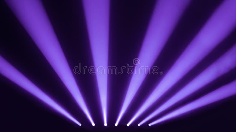 Serenidad y proyectores púrpuras de la etapa con un humo imágenes de archivo libres de regalías