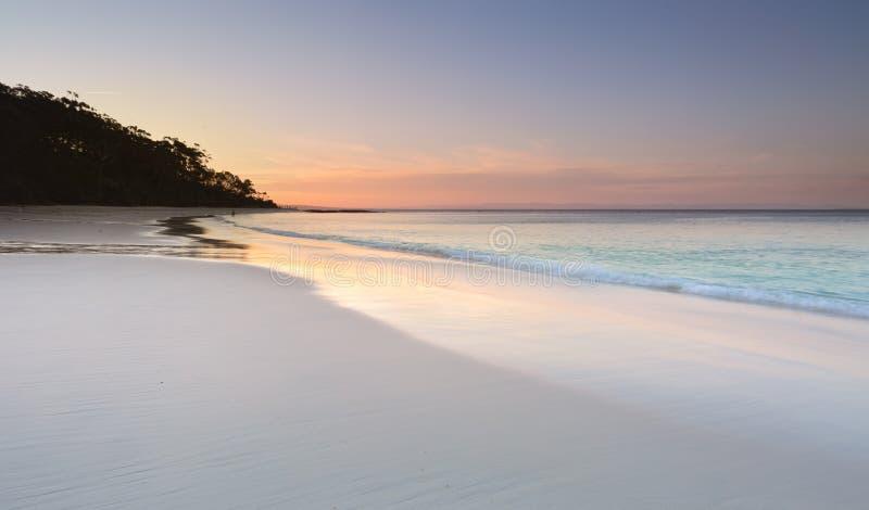 Serenidade na praia de Murrays no pôr do sol imagens de stock
