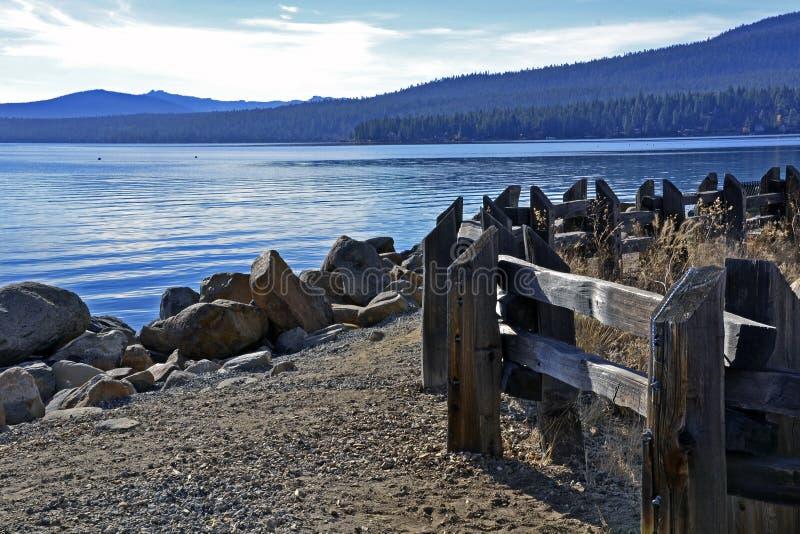 Serenità blu del lago Tahoe fotografie stock libere da diritti