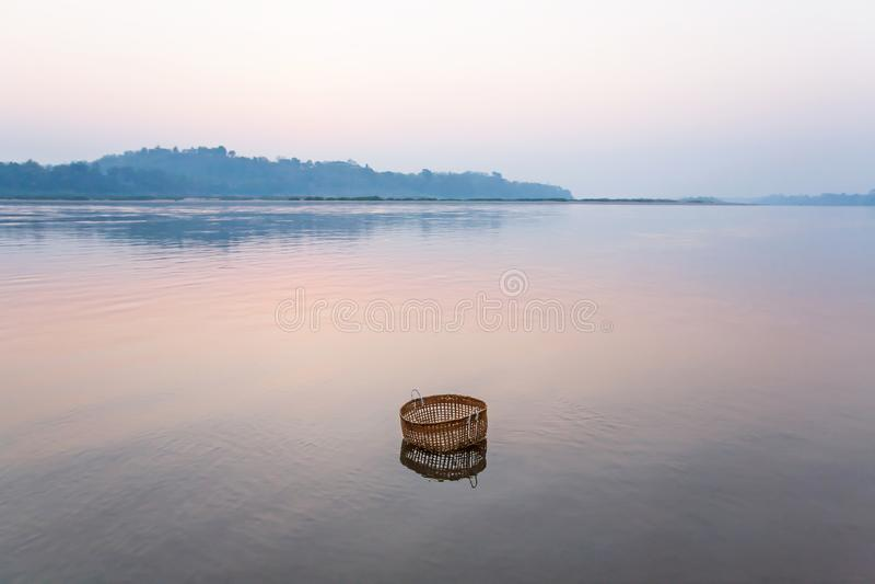 Sereno pacifico dal fiume, un canestro di bambù sta immergendo nel Mekong sulla mattina dell'inverno, natura morta nel Laos rural fotografia stock