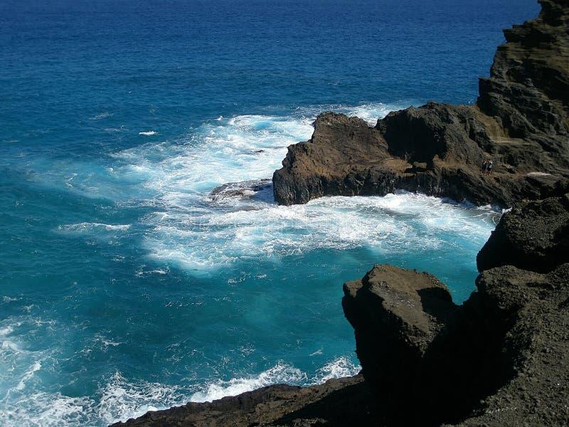Serf et roches sur l'île d'Oahu Hawaï photos stock