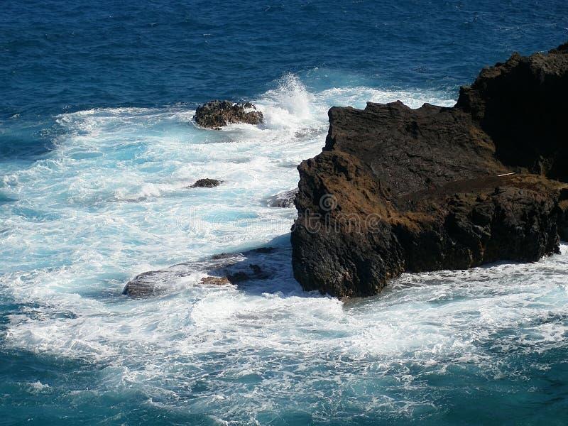 Serf sur l'île d'Oahu Hawaï photos stock
