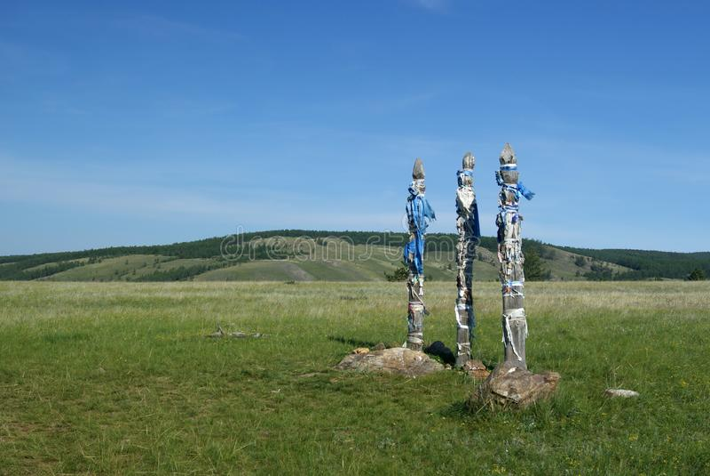 ` SergÄ- ` тотемных столбов в степи на острове Olkhon стоковое изображение rf