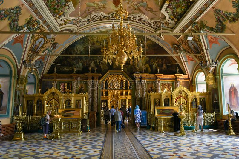 Sergiev Posad - 2018年9月2日:圣塞尔吉乌斯餐厅教会教会的内部  三位一体圣Sergius Lavra 免版税库存照片