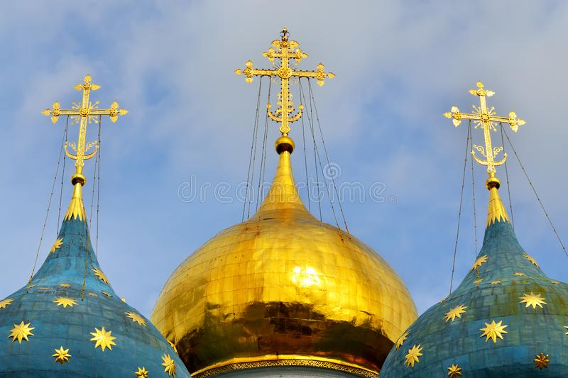 Sergiev Posad, Region Moskau, Russland - 15. August 2019: Trinity-Sergiev Lavra, Domes of the Assumption Cathedral stockfotos