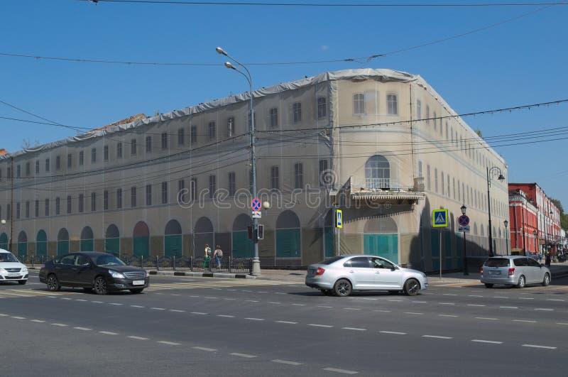 SERGIEV POSAD, RUSSLAND - 7. SEPTEMBER 2018: das Gebäude wird mit Stoff bedeckt lizenzfreie stockfotografie
