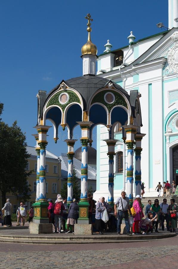 SERGIEV POSAD, RUSSLAND - SEPTEMBER, 09, 2018: die Leute an der heiligen Quelle stockbild