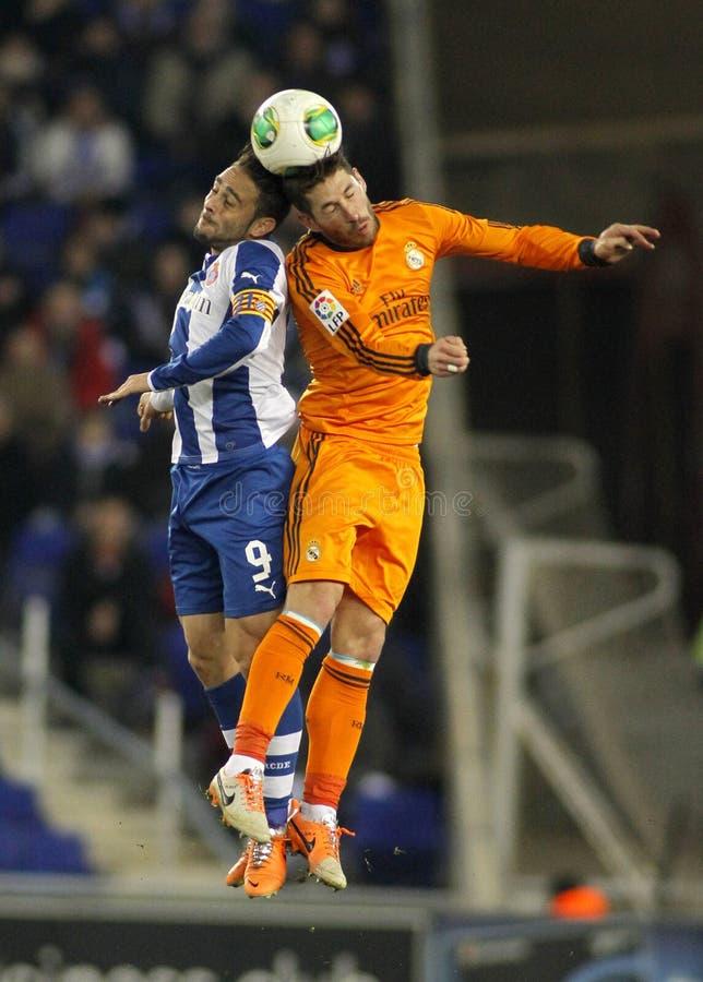 Sergio Garcia (l) d'Espanyol lutte avec Sergio Ramos (r) de Real Madrid photographie stock libre de droits
