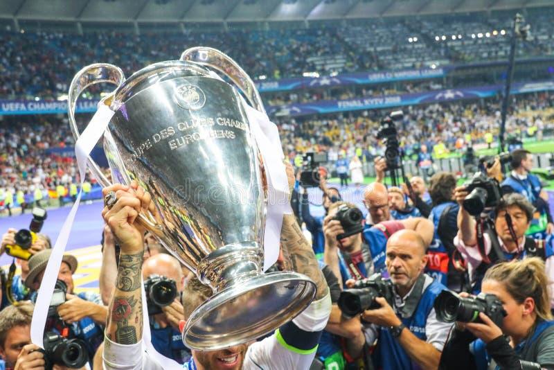 Sergio Ramos tient la tasse de champions photos libres de droits