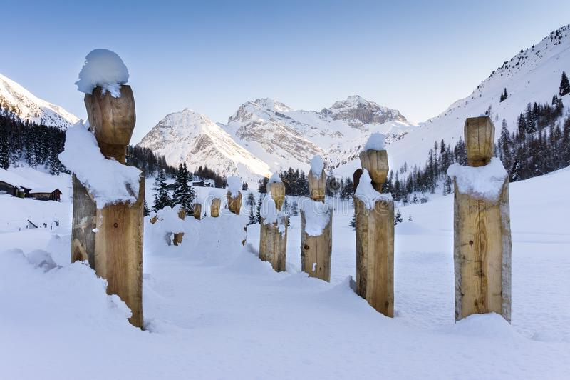 SERGITAL - Αγάλματα που καλύπτονται ξύλινα από το χιόνι στοκ φωτογραφία
