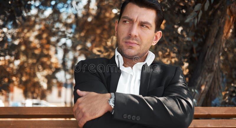 Ernster Mann, Der Auf Bank Sitzt Stockfoto - Bild von