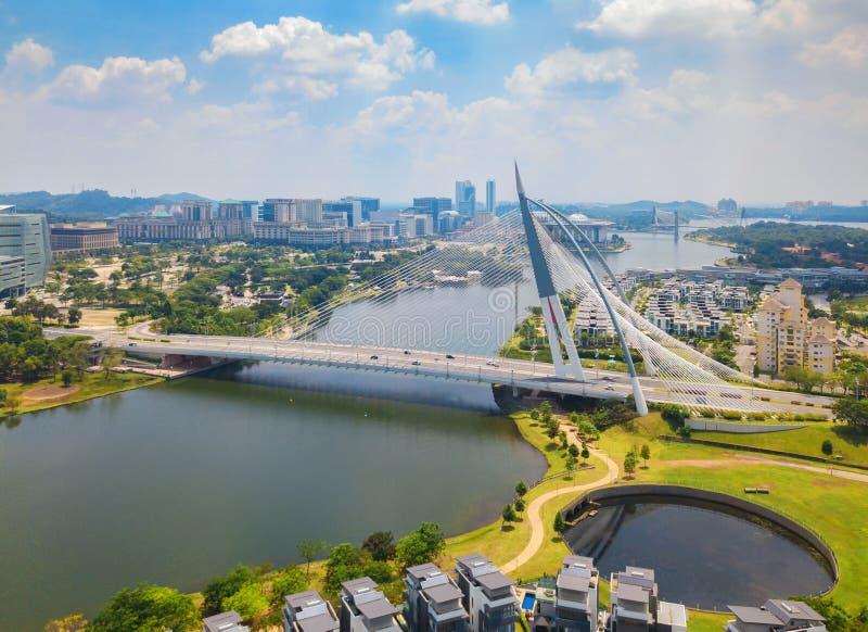 Seri Wawasan Bridge- oder Putra-Brücke und Putrajaya See mit blauem Himmel Die berühmteste Touristenattraktion in Kuala Lumpur Ci stockfoto