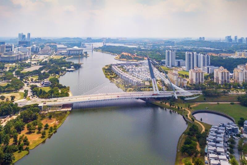 Seri Wawasan Bridge- oder Putra-Brücke und Putrajaya See mit blauem Himmel Die berühmteste Touristenattraktion in Kuala Lumpur Ci lizenzfreie stockbilder