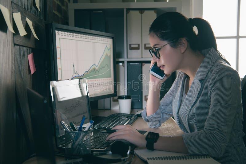 Seriamente jovem mulher que senta-se em sua mesa imagem de stock royalty free