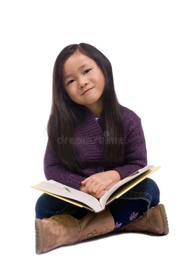 Serie 8 di infanzia (che legge un libro) fotografia stock
