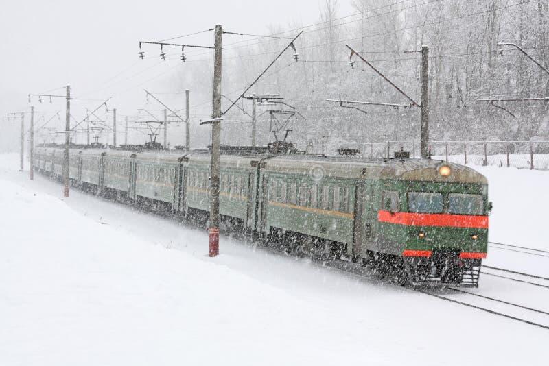 Serie auf dem schneebedeckten Gleis stockfoto