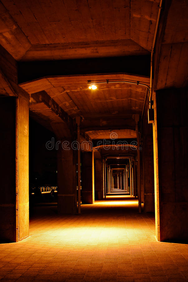 Serie av kolonner av den högstämda gångbanan arkivfoto