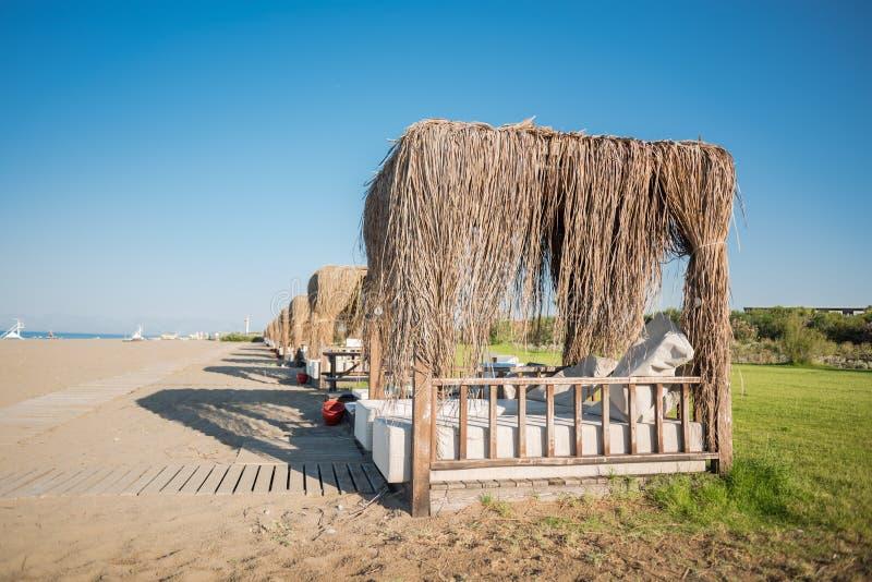 Serie bungalowy na piaskowatym dennym brzeg zdjęcia stock