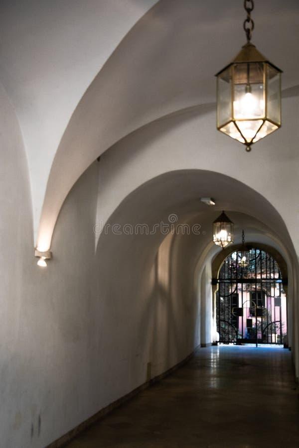 Serie de arcos en el edificio foto de archivo