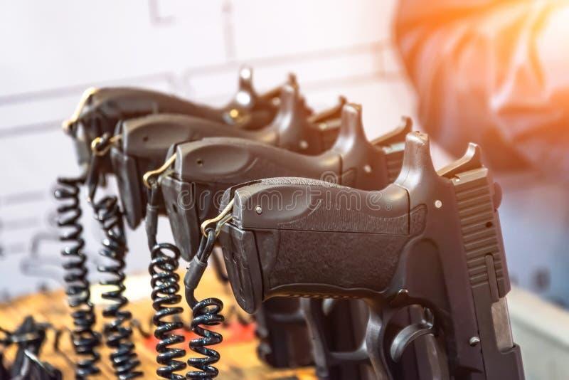 Serie de armas de mano negras para el tiroteo de la blanco imágenes de archivo libres de regalías