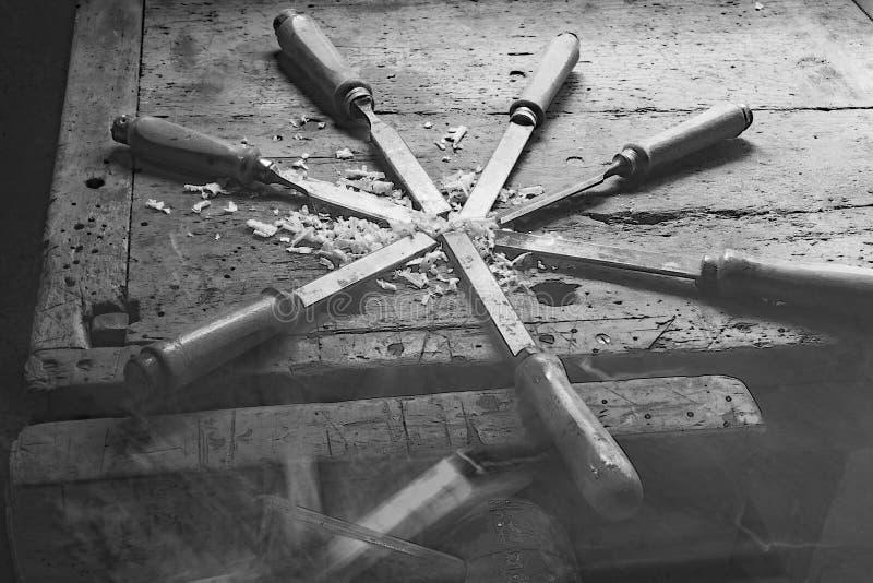 serie de muchas cuchillas de acero agudas muchos cinceles y chipp del serrín foto de archivo libre de regalías