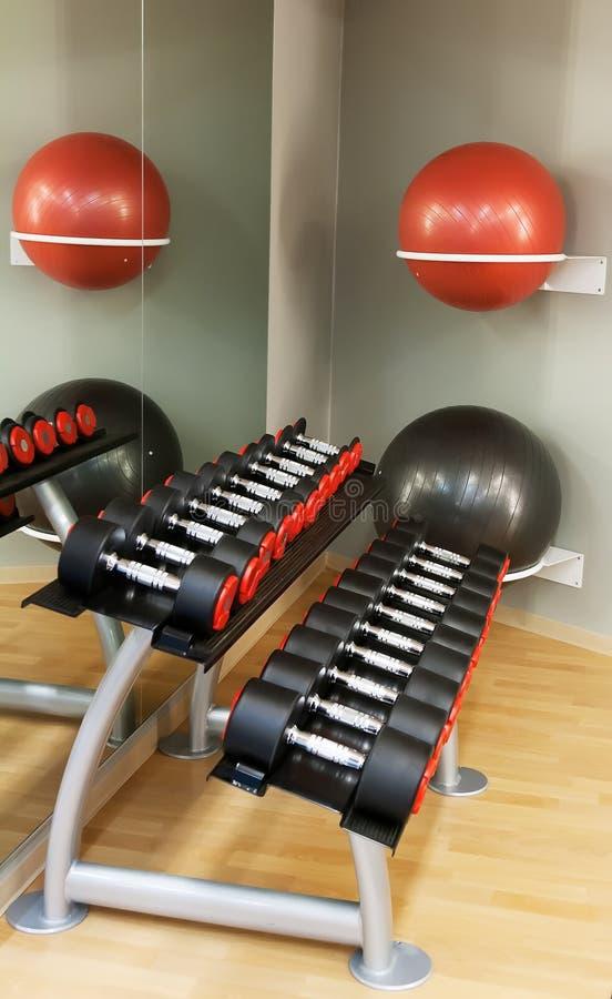 Serie de pesas de gimnasia en una fila en la gimnasia fotos de archivo libres de regalías