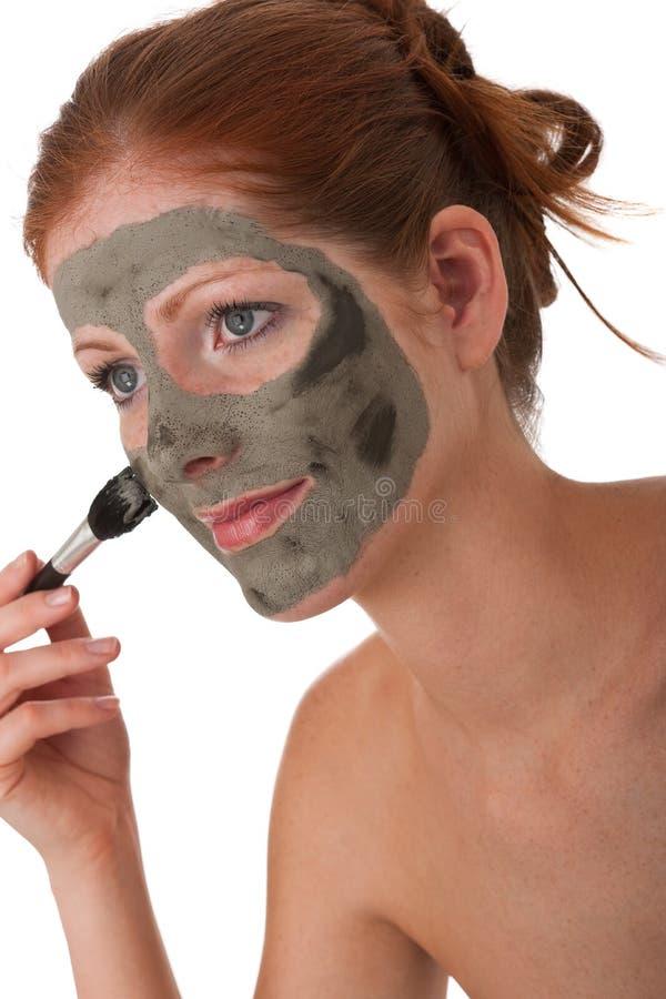 Serie del cuidado de la carrocería - mujer joven con la máscara del fango imagenes de archivo