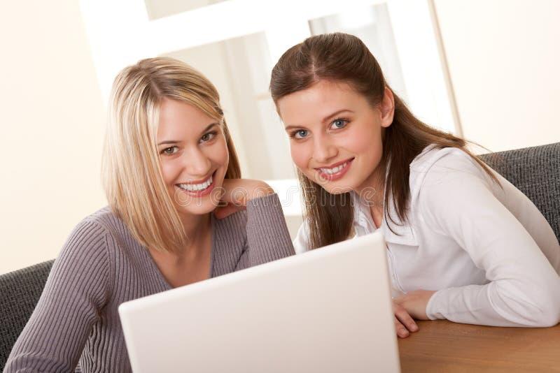 Serie del estudiante - dos estudiantes con la computadora portátil fotos de archivo libres de regalías