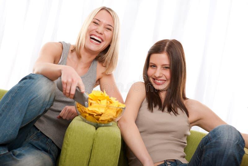 Serie del estudiante - mujer joven dos que ve la TV foto de archivo libre de regalías