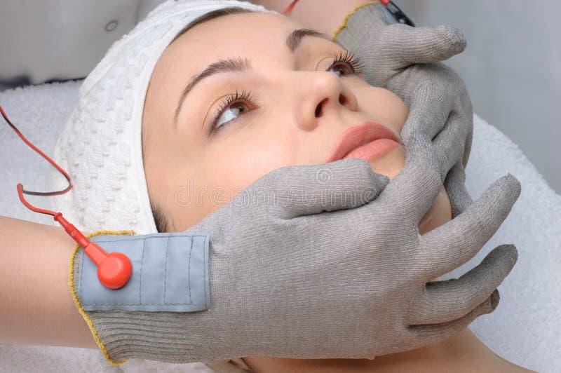 Serie del salón de belleza. masaje facial imagenes de archivo