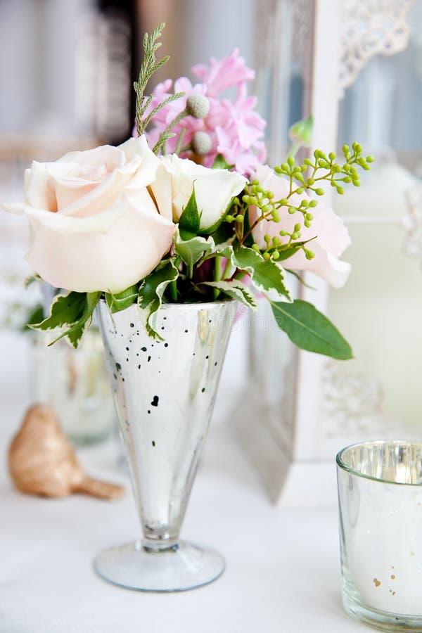 Serie della decorazione della tavola di nozze - mazzo bianco e di rosa dei fiori in un vaso di vetro immagine stock